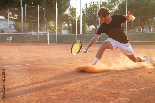 Profesjonalny gracz w tenisa człowiek gra na korcie w dzień.