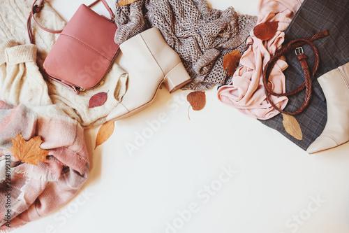 zestaw czynny w sezonie jesień moda odzież damską, widok z góry z miejsce. Modne buty, sweter i torebka.