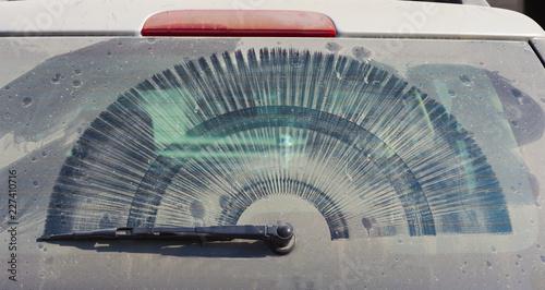 brudne z tyłu samochodu windowwith wycieraczki i kurzem