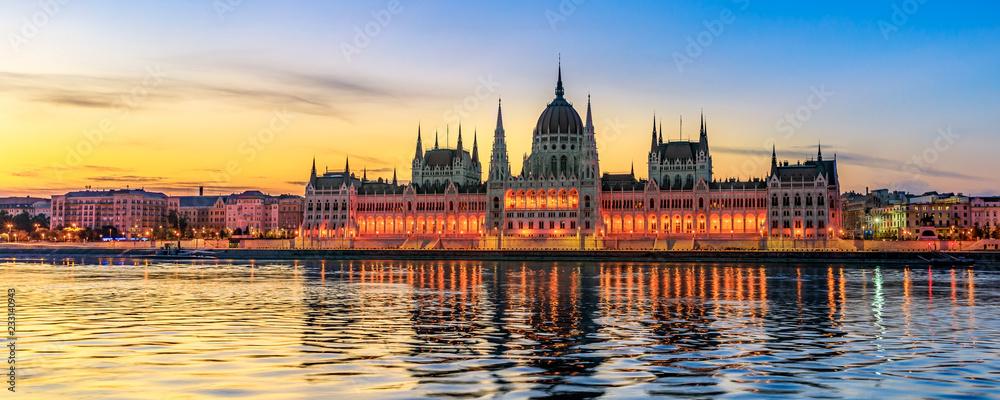 Budynek Węgierskiego Parlamentu w świetle poranka (panoramiczny)
