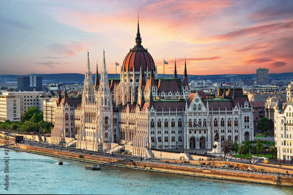 Piękny budynek parlamentu w Budapeszcie, popularnym miejscem wypoczynku