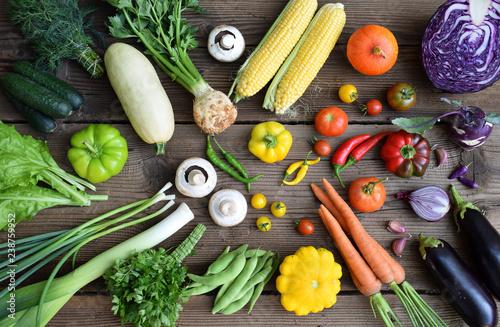 Biały, żółty, zielony, pomarańczowy, czerwony, fioletowy owoce i warzywa na drewnianym tle. Zdrowe jedzenie. Kolorowe dietę surowej żywności.