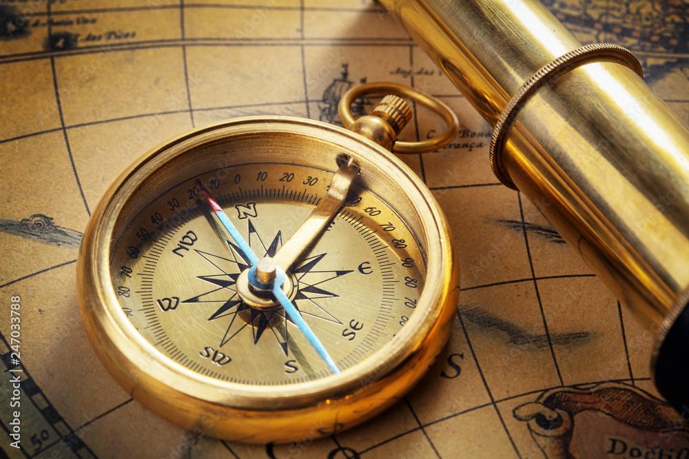 stary kompas z подзорной rurą na starej mapie