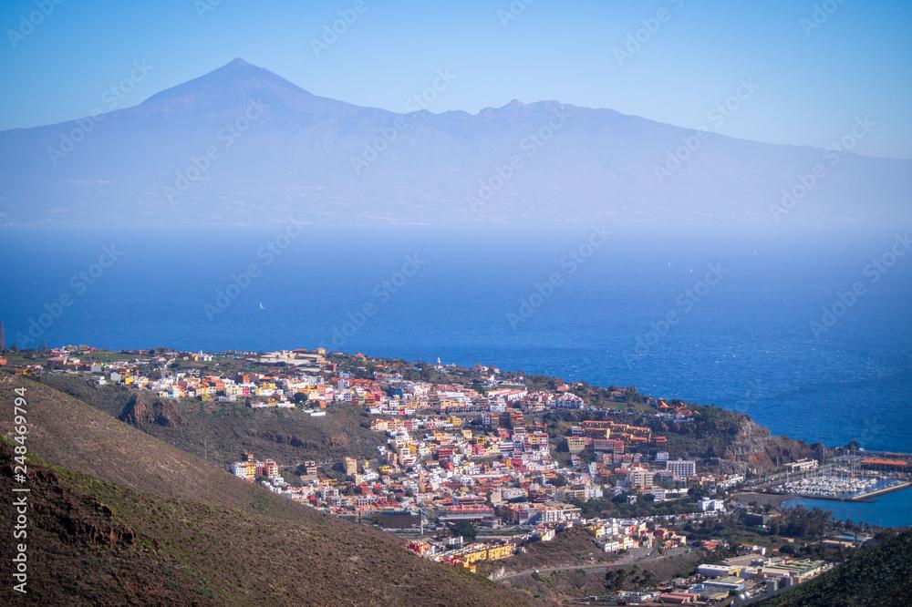 Widok na San Sebastian Gomera i Teneryfa