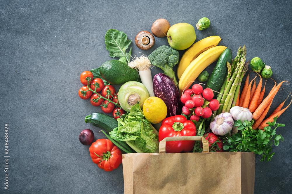 Pełną torbą świeżych warzyw i owoców
