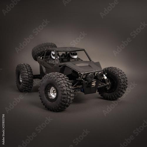 Modele rc samochodów: mała czarna buggy na ciemno-szarym tle.
