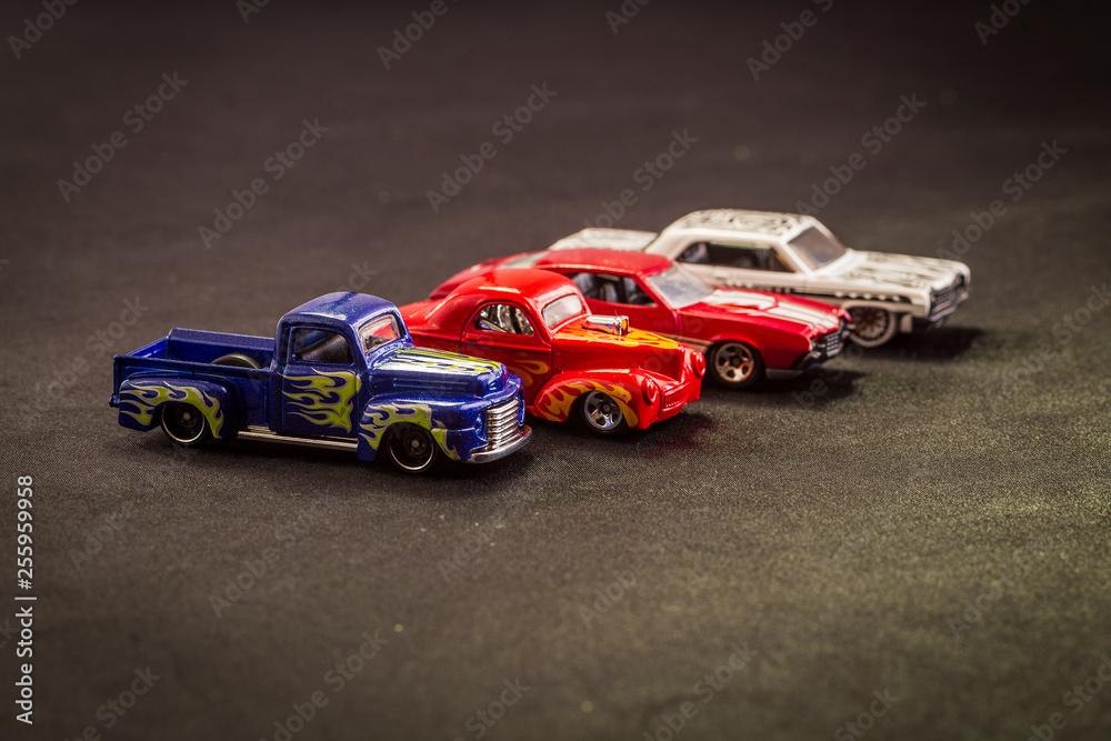 modelarstwo metalu zabawki wózki na czarnym tle. kolorowe samochody, różnych modeli i hot-rody.