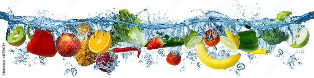 świeże multi owoce i warzywa pluskać się w błękitną i czystą wodą dolać zdrowe odżywianie dietetyczne świeżość koncepcji, na białym tle na białym tle