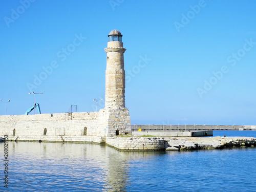 Latarnia morska w starym Weneckim porcie w Chanii na Krecie, Grecja w słoneczny dzień