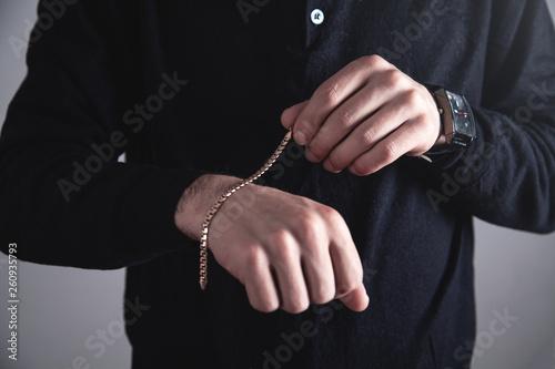 Człowiek z drogim bransoletką. Akcesoria mody i biżuterii