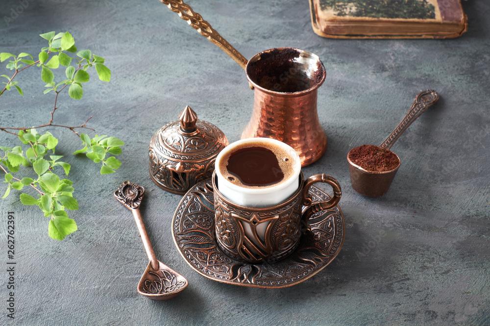 Kawa-wschodniego, gotowane w tradycyjny turecki miedziany herbata podawana w filiżance zgodności