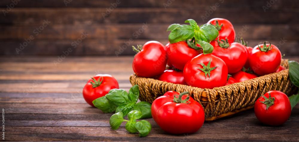 Świeże dojrzałe pomidory i bazylia do koszyka