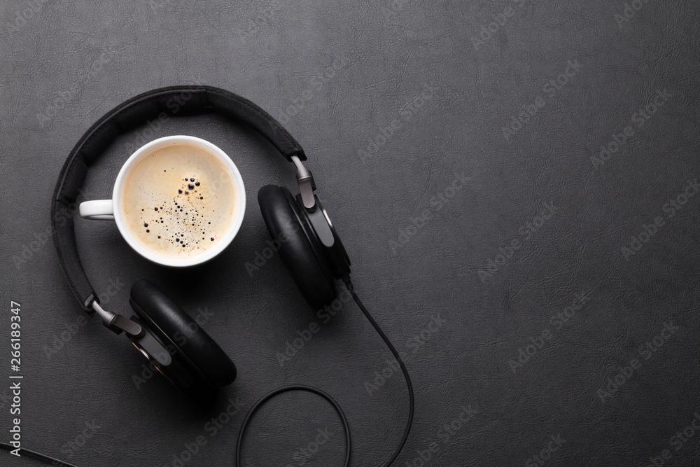 Biurka z filiżanką kawy i słuchawkami