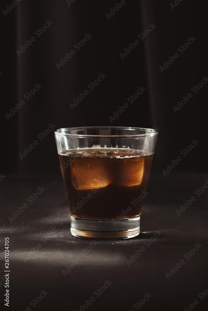 Kawa z lodem lub zimnego parzenia kawy w szklance