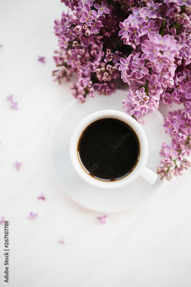 Filiżanka kawy i gałąź bzu na białym tle z teksturą