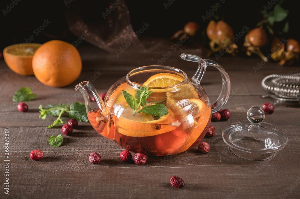 Szklany czajnik, herbatę ziołową, pomarańczowym i miętowym