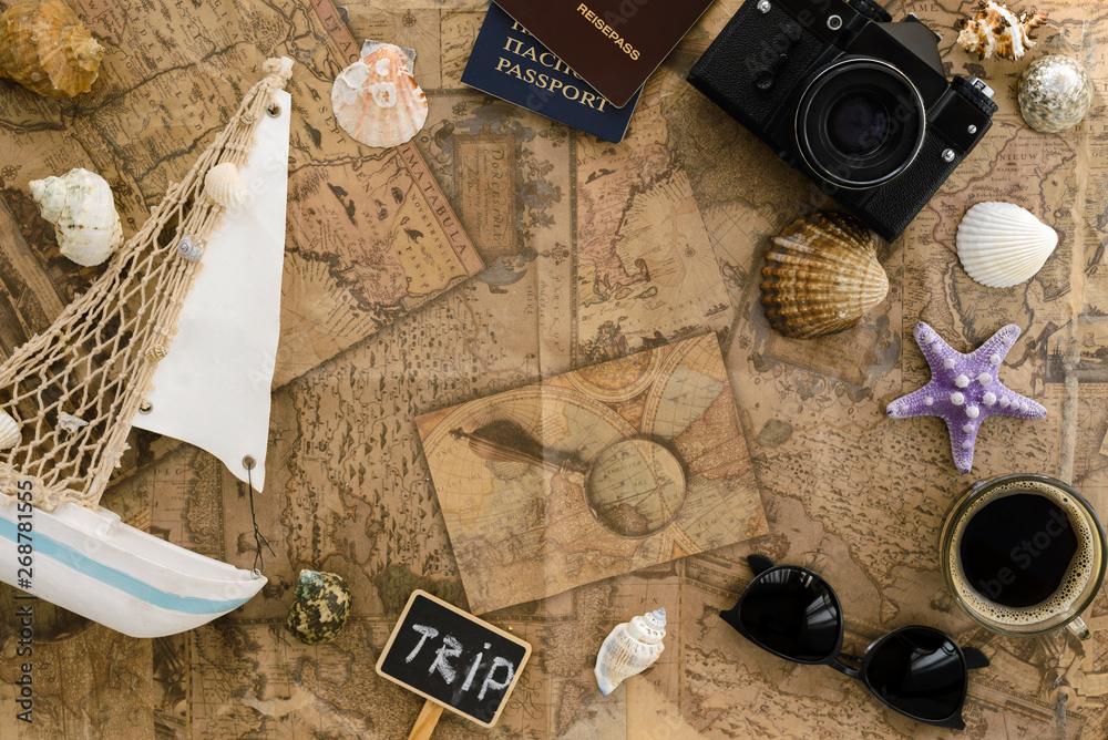Tło podróży.Zagranicznych paszportów, zabytkowy aparat fotograficzny, muszle, rozgwiazdy, morskie przeciwko starej mapie.Koncepcja wakacje.Widok z góry