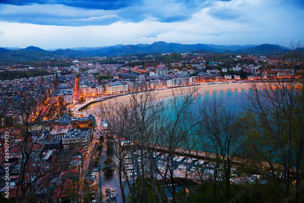 Powyżej Widok na San Sebastian w godzinach wieczornych