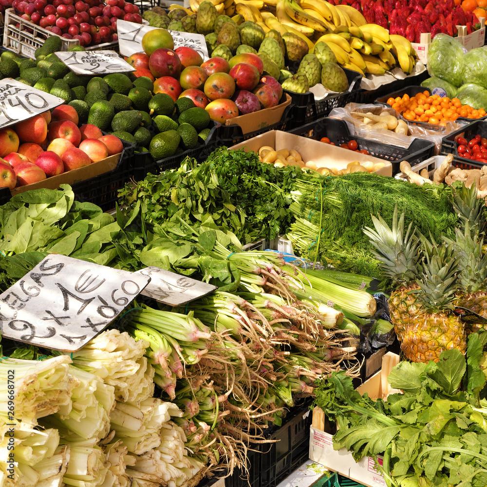 Świeże owoce i warzywa do sprzedaży na rynku lokalnym farmer ' s