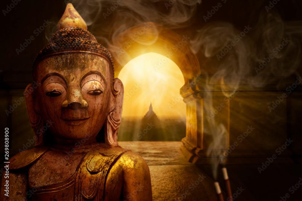 Posąg Buddy w buddyjskiej świątyni