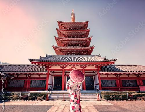 Dziewczyna w tradycyjny strój w sensoji w Asakusa, Tokio