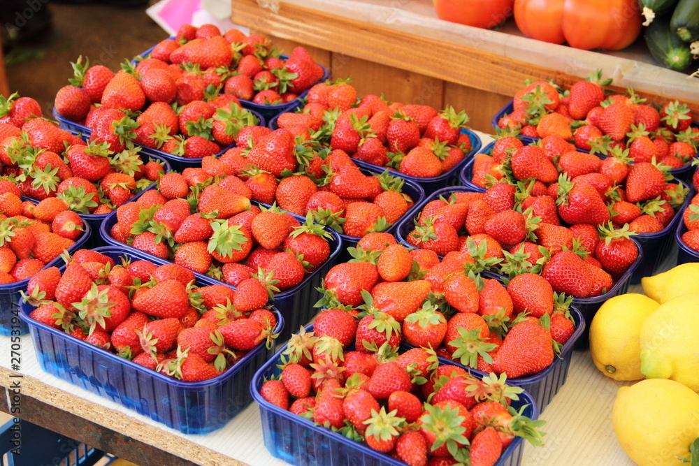 świeże czerwone truskawki