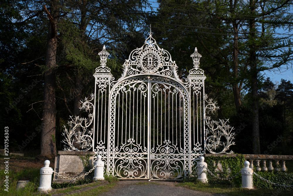 Nowa trudne bramy zamku, wykonane w 1871 roku Gabriel Lemonier, jubiler Napoleona III, znajduje się w Gometz-le-Châtel w pobliżu Paryża