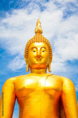 Ogromny złoty Budda z niebieskim niebem niebieski na Wat Muang, w prowincji Ang Thong, Tajlandia
