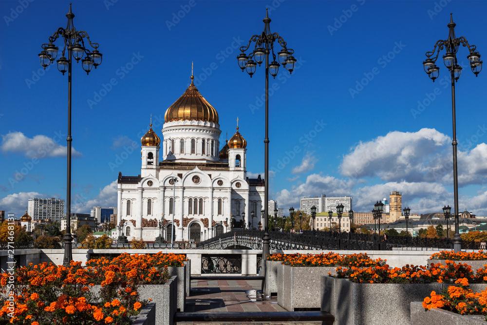 Widok na świątynię Chrystusa Zbawiciela w Moskwie w słoneczny letni dzień, Rosja