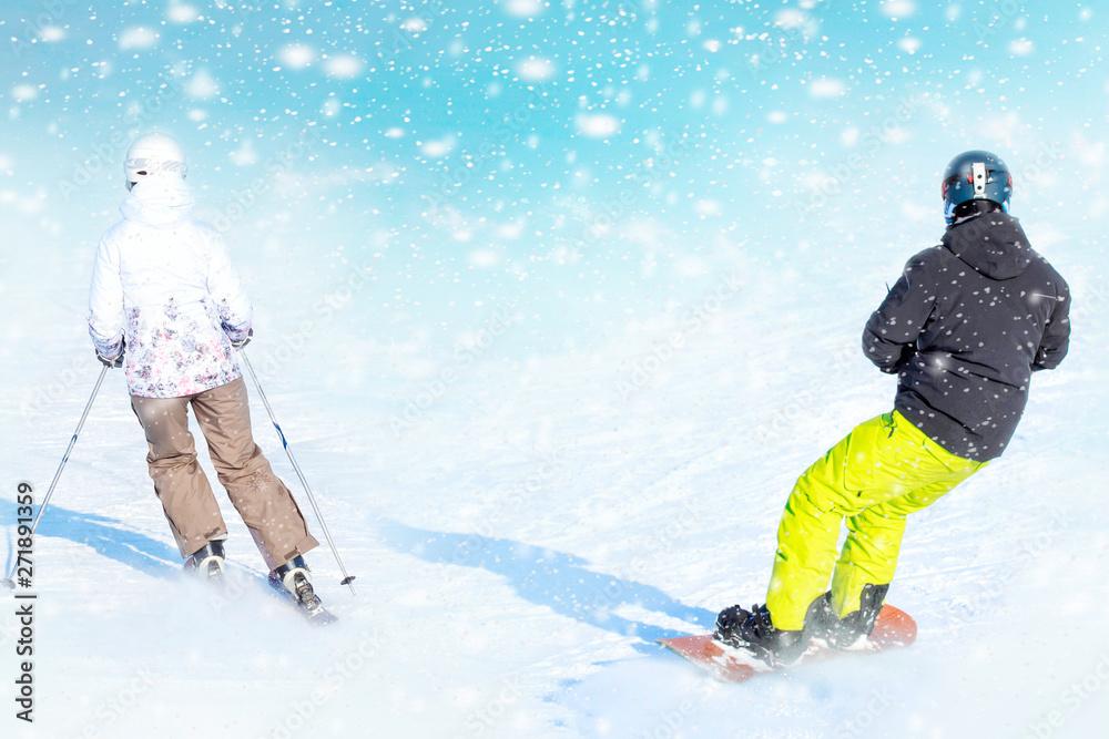 Snowboardzista toczy się na заснеженному stoku, pozostawiając za sobą śnieg proszku. miejsca na tekst