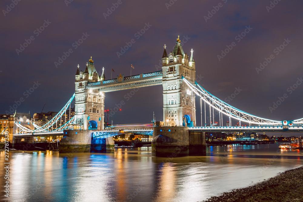 Oświetlony most Tower bridge raz po zachodzie słońca