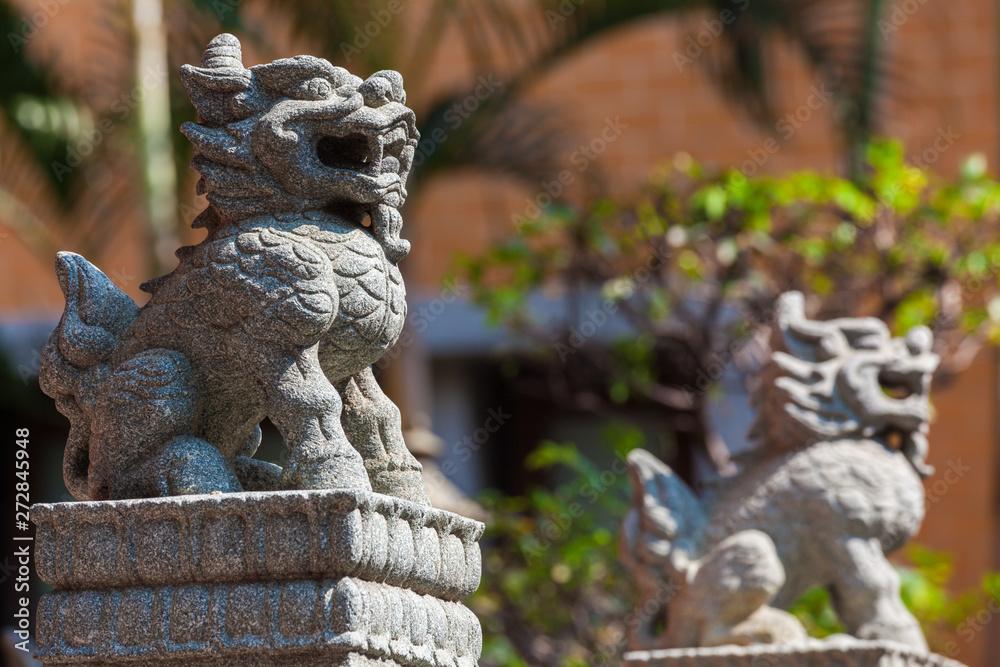 Mała rzeźbione kamienny posąg lwa