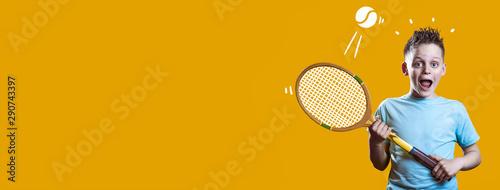 chłopak w jasnej koszulce z tenisa rakietą i piłką na jasnym tle
