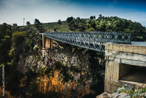 Słynny most ферменной nad wąwozem Арадена w Kreta, Grecja