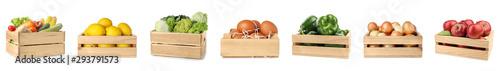 Zestaw drewniane skrzynie z owocami, warzywami i jajkami na białym tle