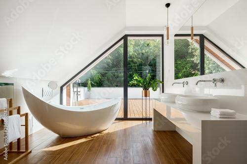 Elegancki strych, łazienka z wanną