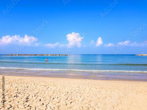 Wspaniały spokojne, błękitne morze i darmowe piaszczyste plaże w Tel Awiwie. Piękne morskie fale i błękitne niebo. Magiczny wygodna, ciepła jesień miękka sezon morza Śródziemnego
