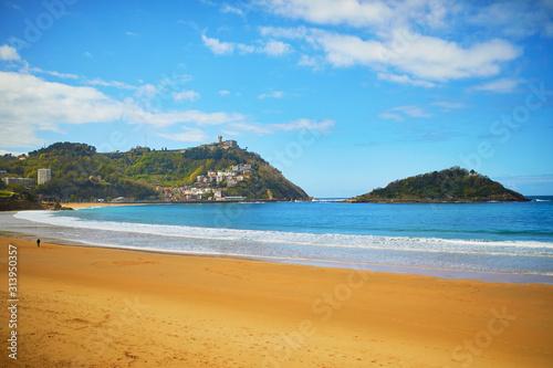 Malownicze widoki na plaża La Concha w San Sebastian, Hiszpania