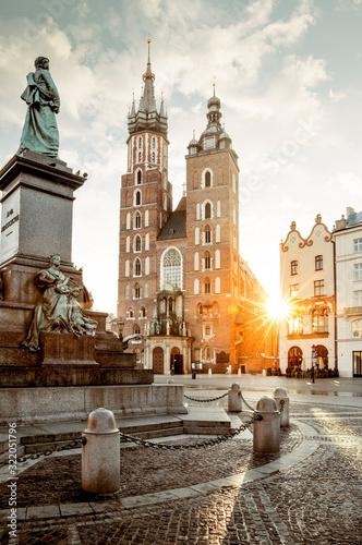 Bazylika pomnik Adama Mickiewicza i mariacki na rynku głównym w Krakowie, Polska