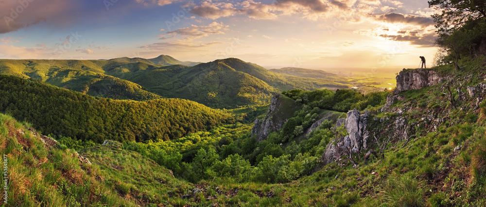 Zielony Rocky moutain na zachodzie słońca - Słowacja