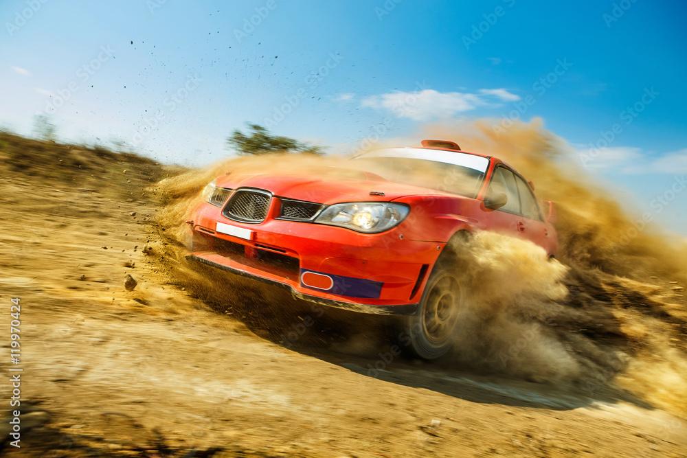 Potężny samochód czerwony rajd w dryf na polnej drodze