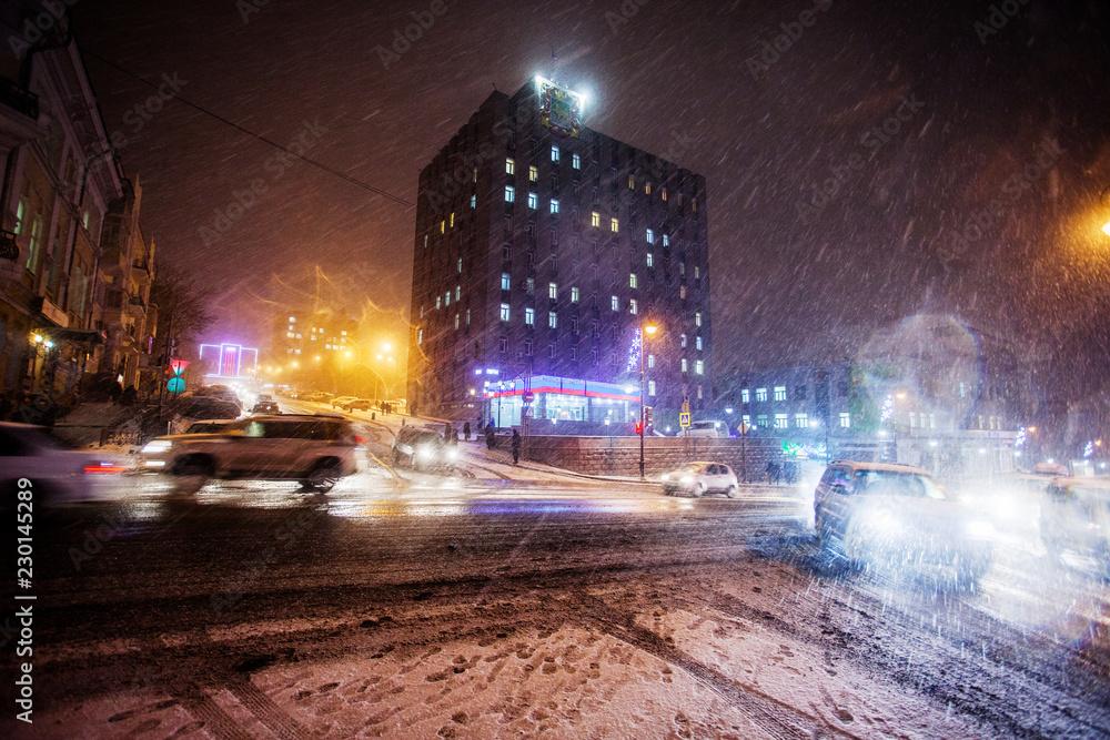 Stycznia, we Władywostoku - ośnieżone ulice Władywostoku. Maszyny jadą po śniegu.
