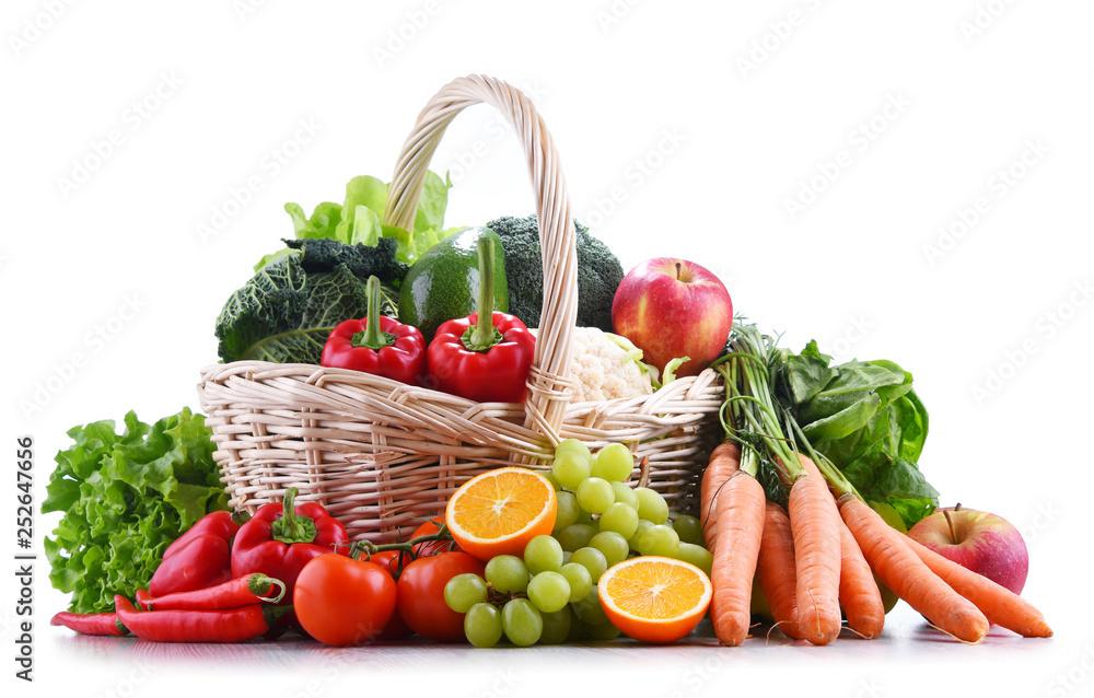 Świeże, organiczne owoce i warzywa w wiklinowym koszu