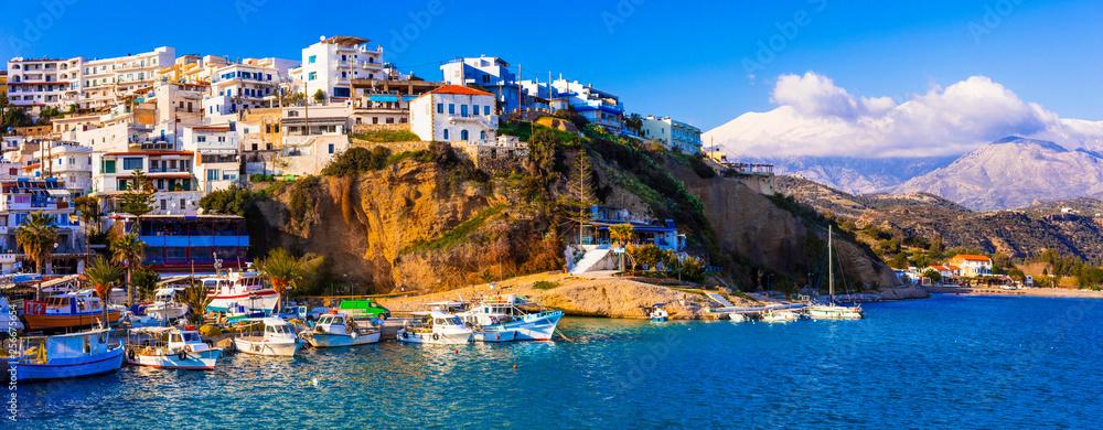 Wyspa Kreta, w malowniczej wiosce rybackiej Agia Galini, popularne miejsce turystyczne na południu. Grecja