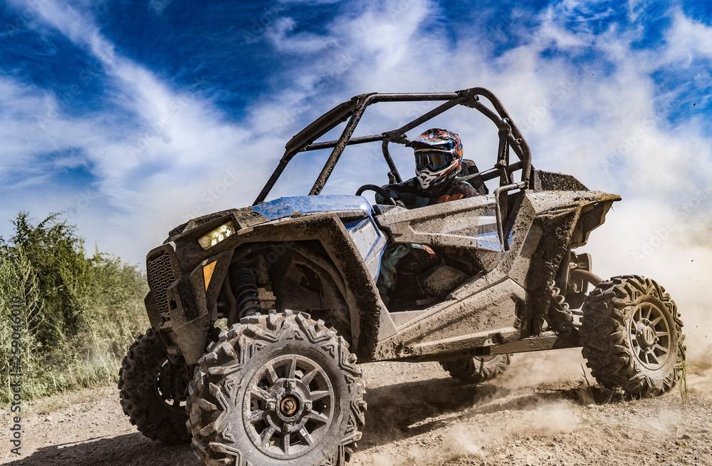 ATV przygód. Buggy ekstremalnej jazdy po polnej drodze. Ratyfikowana