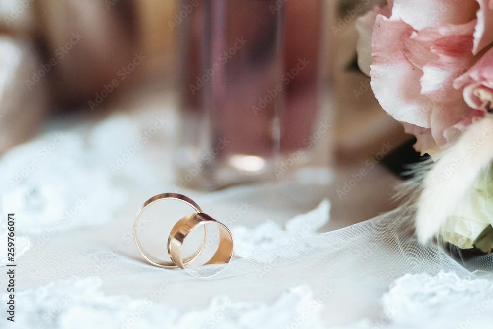Buty ślubne, bukiet i pierścienie na suknię ślubną. Ślubne części.