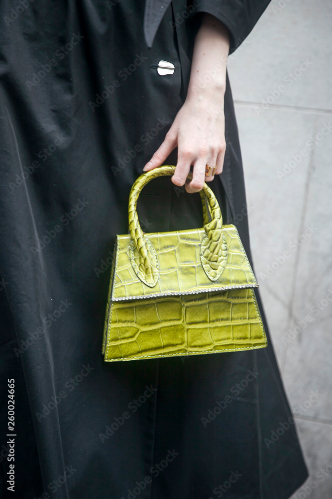 Fragment. Żółty krokodyl torba