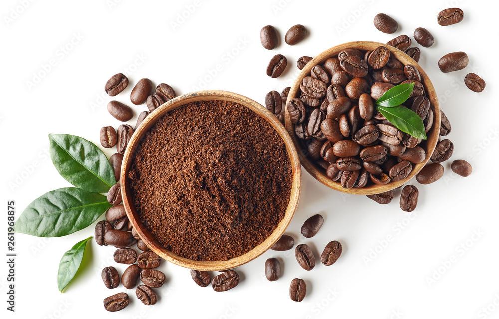 Filiżanka do kawy mielonej i ziarnistej, na białym tle na białym tle