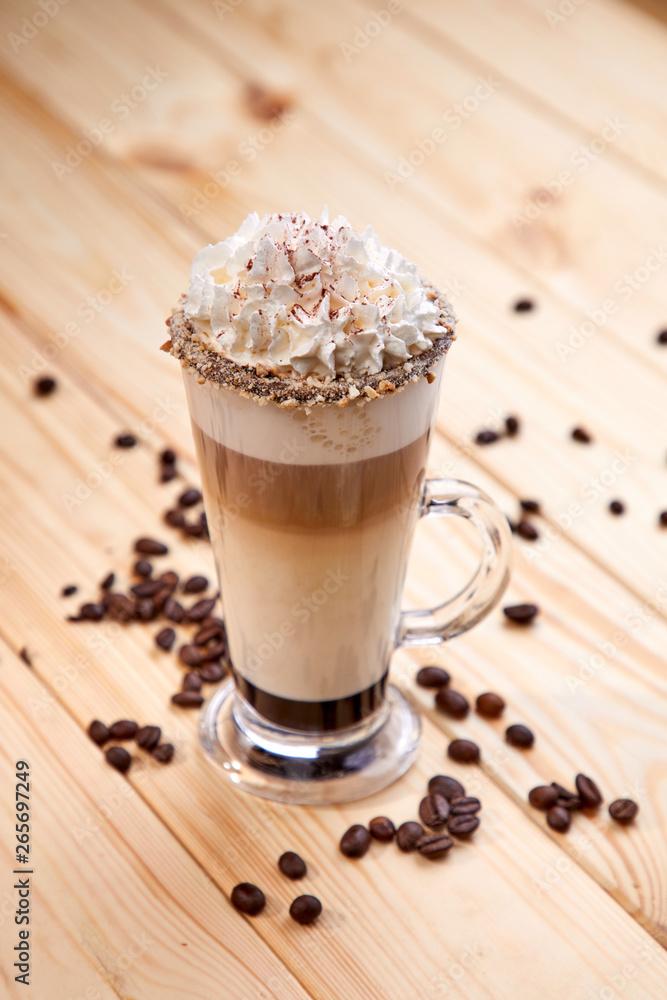 filiżanka kawy na drewnianym tle