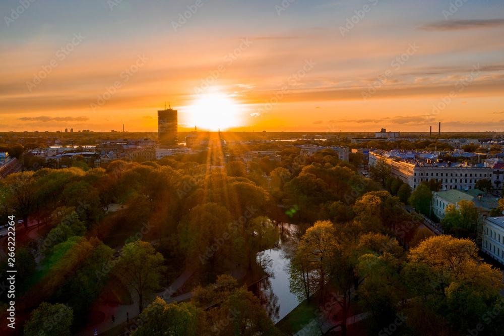 Piękny widok na Stare miasto w Rydze, Statua Wolności i biblioteki Narodowej. Piękne Łotwie.